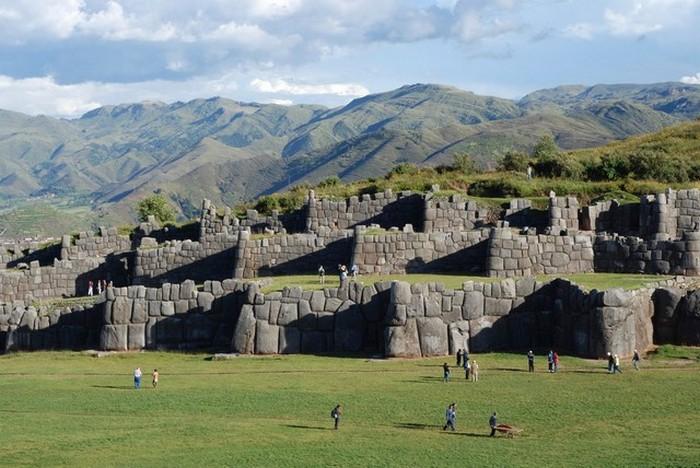 Чудеса света Крепость Саксайуаман в Перу - великое сооружение инков