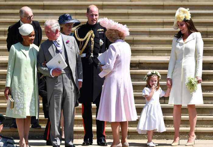 Мать Меган Дориа Рагланд (слева) стоит рядом с принцем Чарльзом, Камиллой, Джорджем, Уильямом, Шарлоттой и Кейт на ступенях часовни Святого Георгия после бракосочетания.