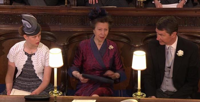 Принцесса Анна в ожидании появления племянника с невестой. Для свадебной церемонии она выбрала тёмное шелковое платье.