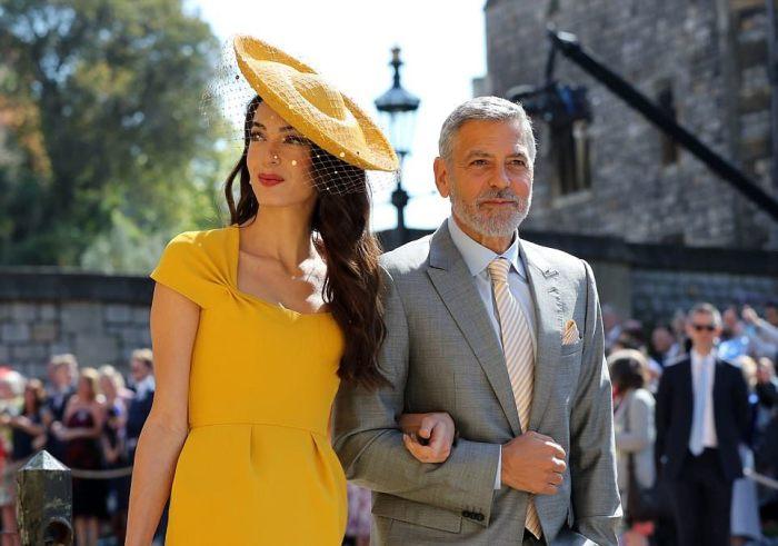 A lenda de Hollywood George Clooney escolheu uma gravata e um lenço para combinar com o vestido amarelo de sua esposa.