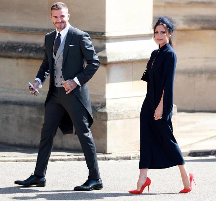 O elegante fato de David e os sapatos vermelhos da Victoria Beckham eram simplesmente para ser desperdiçada.