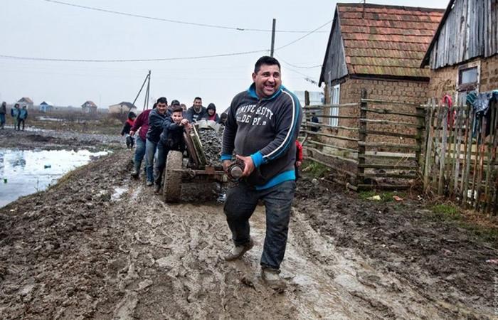 Цыгане построили себе дорогу.