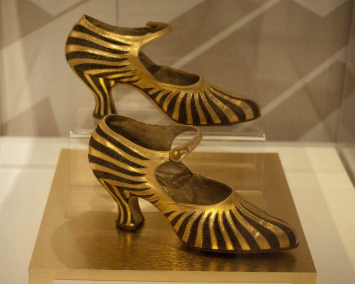 Золотые полосатые туфли.
