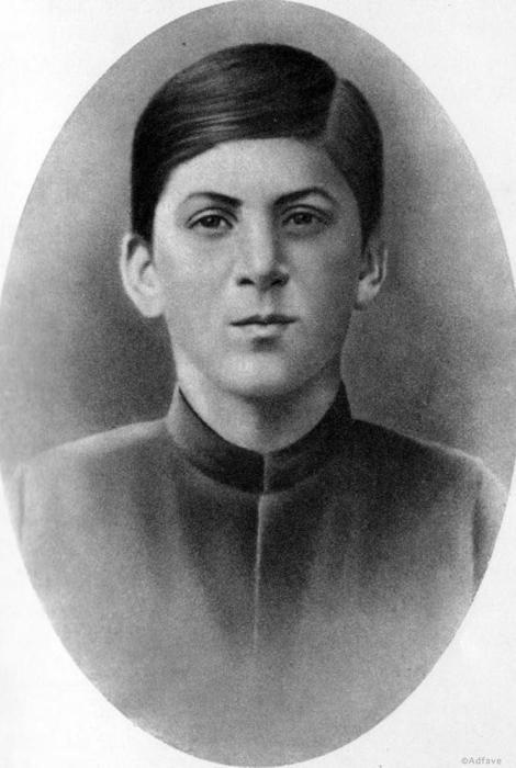 Этот юноша с пронзительным взглядом Иосиф Джугашвили.