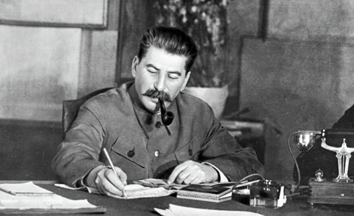 Иосиф Сталин за работой.