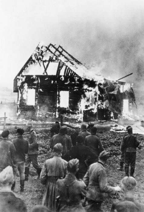 Немецкие солдаты и местные жители наблюдают за поджогом литовской синагоги, 9 июля 1941 года. Фото Бундесархива.