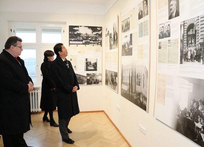 Премьер-министр Синдзо Абэ во время визита в бывшее японское консульство в Литве, где Тиунэ Сугихара работал вице-консулом.