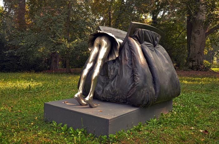 Памятник дамской сумочке, установленный в Италии.