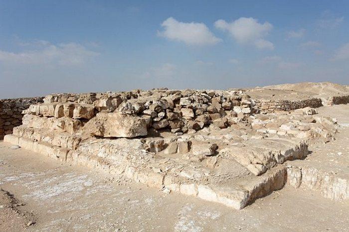 Основание разрушенной пирамиды Джедефра.