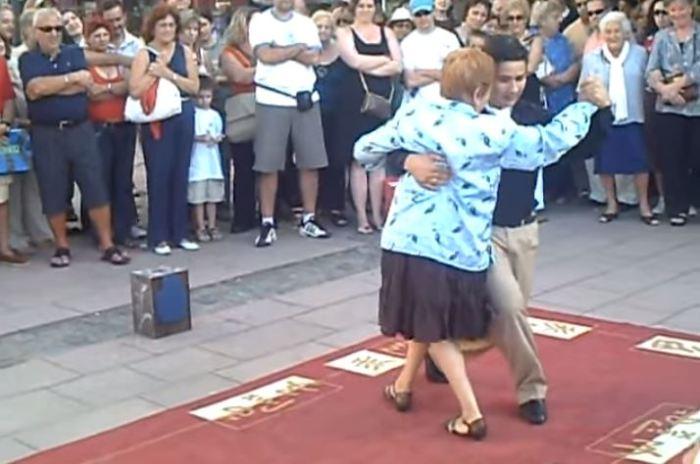 82-летняя женщина станцевала танго на городской площади.