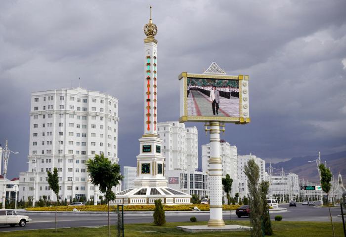 Огромный термометр на улице, а рядом огромный экран, по которому транслируют официальную хронику.