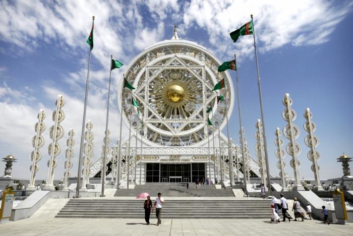 Развлекательный центр Алем. Внутри этого центра находится колесо обозрения, которое признано самым большим закрытым колесом обозрения в мире.