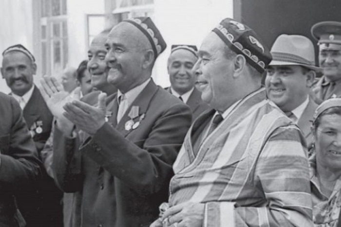 Туркменская ССР. Л. И. Брежнев в национальном халате. 1971 г.