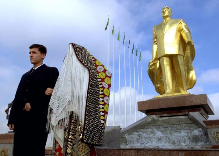 По всей стране установлено около 14 000 скульптур и памятников Туркменбаши, многие из которых золотые.