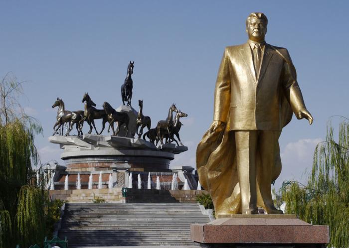 Одна из многочисленных золотых статуй бывшего президента Сапармурата Ниязова. Сзади него другой памятник, посвящённый лошадям ахалтекинской породы, которые являются национальным символом Туркменистана.
