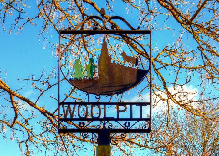 Памятный знак на въезде в поселок Вулпит - зеленые дети, вышедшие из леса.