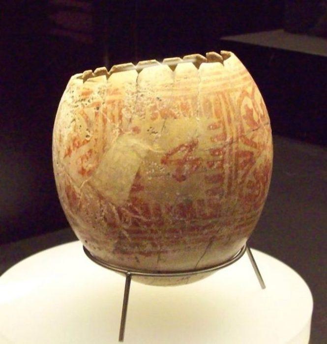 Древнее страусиное яйцо, датируемое железным веком, украшенное нарисованными красными линиями.