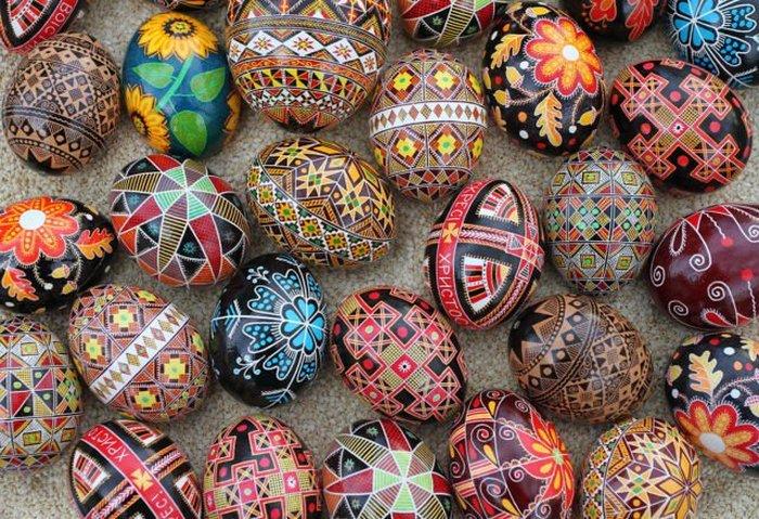 Яркая коллекция традиционных украинских пасхальных яиц.
