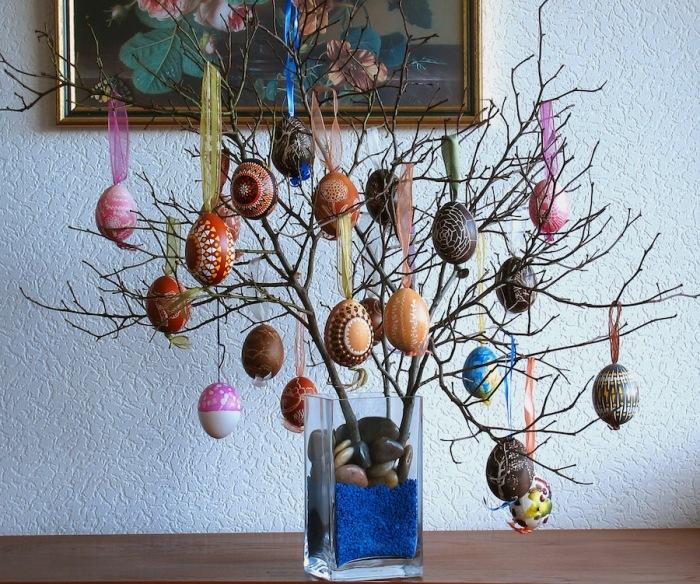 В некоторых странах, включая Швецию, Норвегию и Германию, яйца, подвешенные на ветвях деревьев, используются как украшение стола.