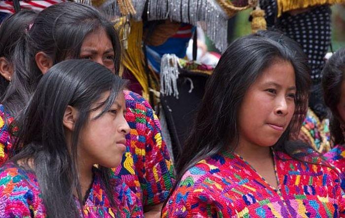 Современные потомки юкатеков в традиционной одежде.