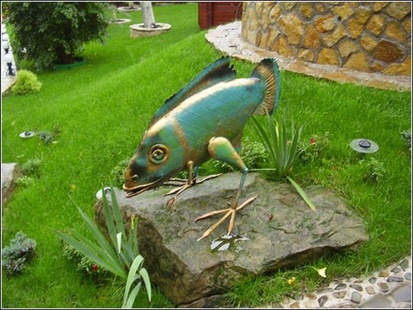 Александр Безручко. Рыба на ножках (Парковая скульптура)