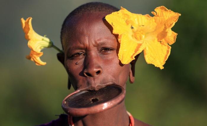 Тарелка в губе женщины (Эфиопия)