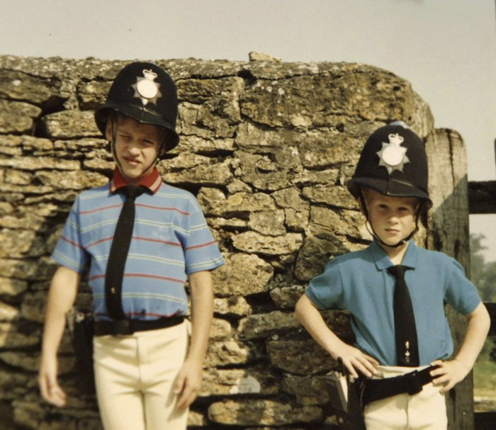 Принц Уильям и принц Гарри в костюмах полицейских. Фото: irishtimes.com