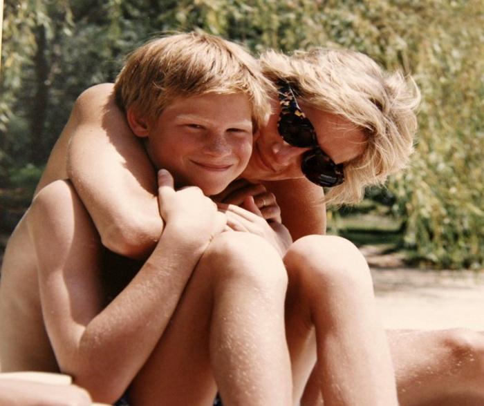Принцесса Диана с принцем Гарри во время отпуска. Снимок из личного архива королевской семьи. Фото: irishtimes.com