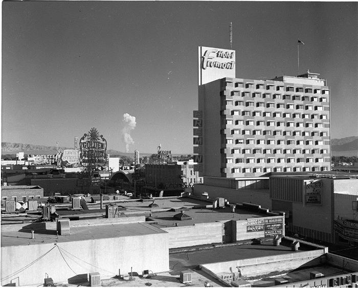 В Лас-Вегасе на взрывах построили целую индустрию развлечений, предлагая лучшие смотровые площадки и коктейли