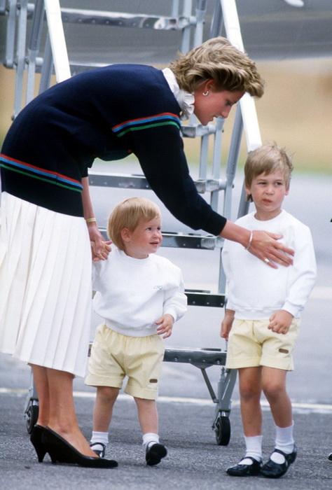 Принцесса Диана с сыновьями у трапа самолета. Фото: tumblr.com