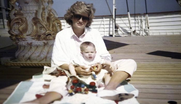 Принцесса Диана с принцем Гарри на королевской яхте. Фото: irishtimes.com