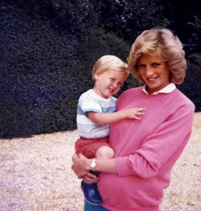 Беременная принцесса Диана держит на руках принца Уильяма. Фото: irishtimes.com