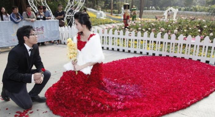 Свадебное платье из 9999 алых роз