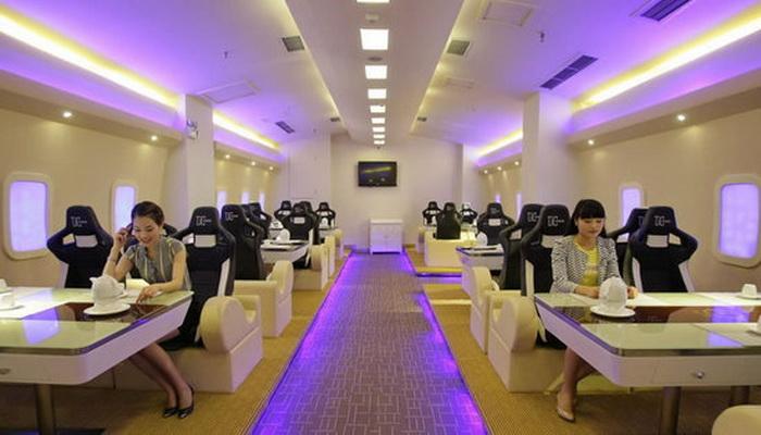 Посетители в ресторане A380