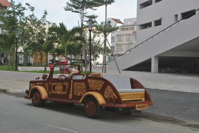 Деревянное авто *Ахиллес* - местная достопримечательность