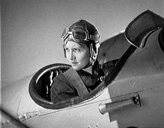 Евгения Мельникова, кадр из х/ф *Летчики*