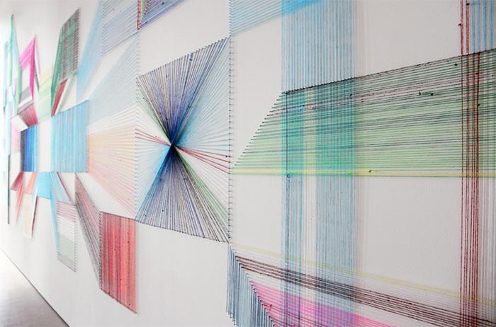 Инсталляция Wake and Wonder из разноцветных шерстяных ниток