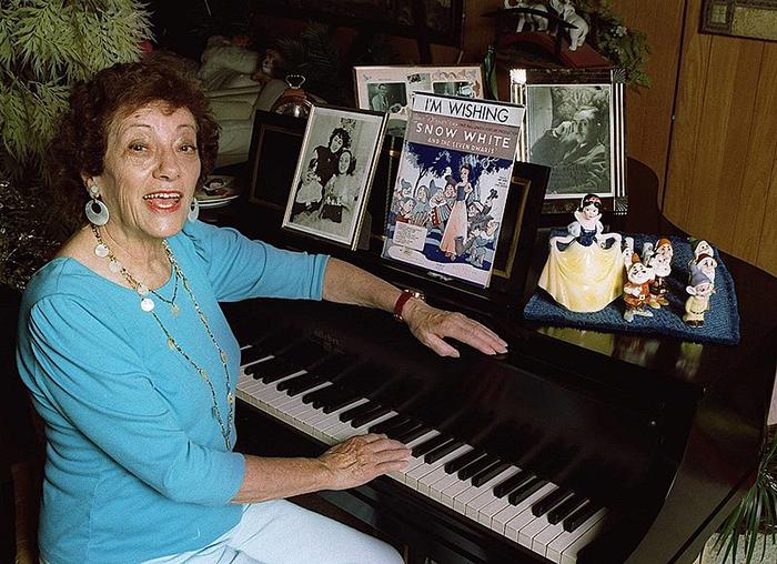 Адриана Каселотти всю жизнь тепло относилась к мультфильму о *Белоснежке*.