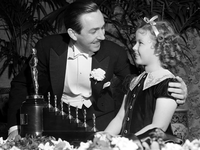 Уолт Дисней получил премию Оскар за мультфильм *Белоснежка и семь гномов*.