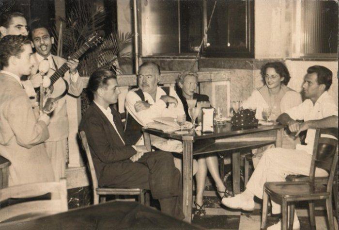 Мэри Хемингуэй сидит между Эрнестом и Адрианой. Фотография сделана на Кубе.