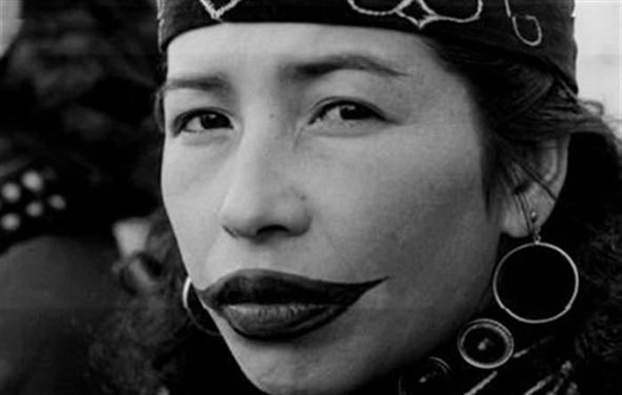 Необычная татуированная улыбка женщин народности айну