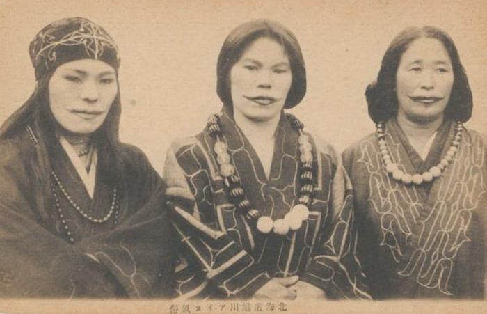 Татуировка-улыбка у представительниц народности айну