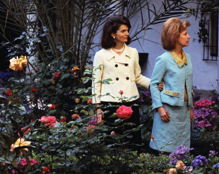 Каэтана Альба на прогулке с Жаклин Кеннеди