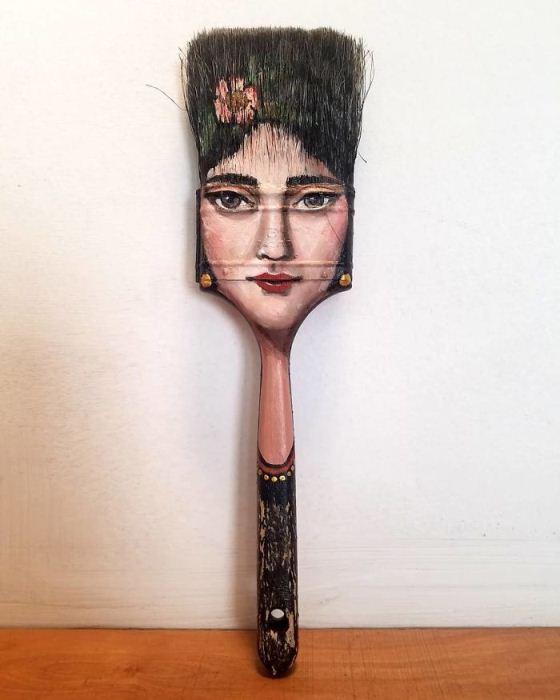 Женский портрет на кисти.