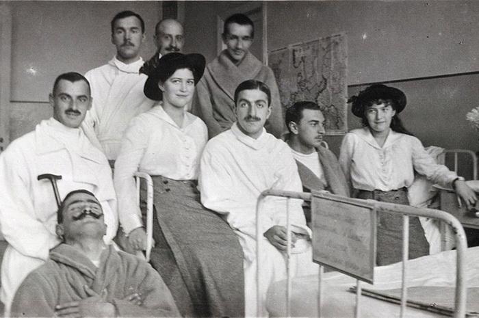Мария и Анастасия Романовы в госпитале в Царском Селе