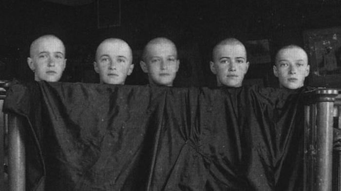 Анастасия, Ольга, Алексей, Мария и Татьяна побритые налысо после кори (июнь 1917)