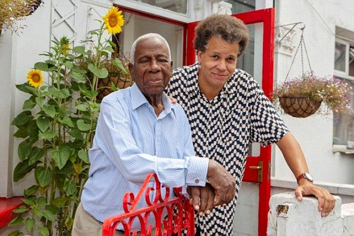 Эндрю с сыном Крисом на террасе дома, который семья смогла приобрести.