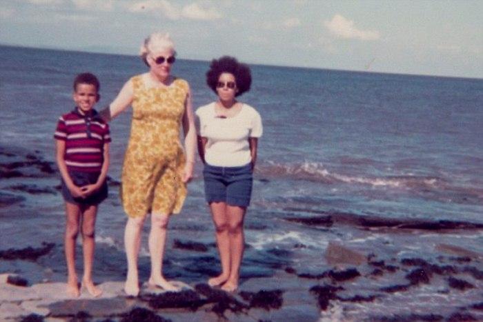 Дориан с детьми на морском побережье. 1970-е гг.