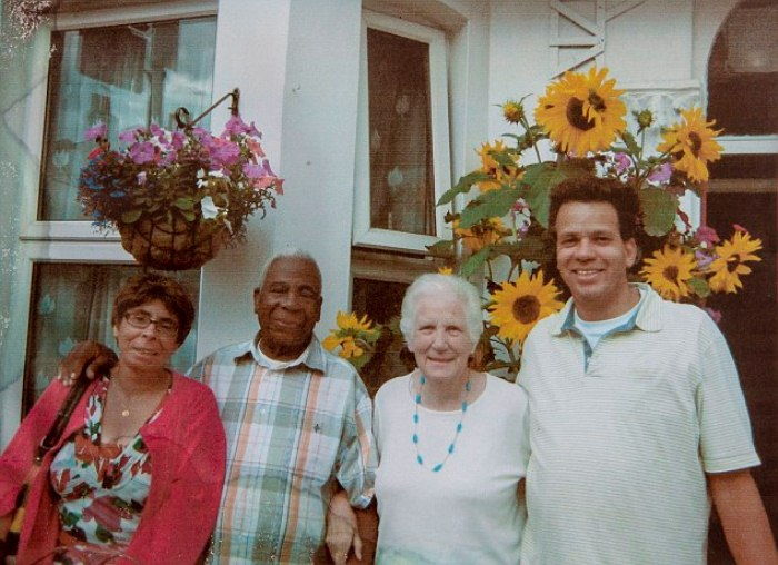 Семья празднует 50-летний юбилей со дня свадьбы Дорин и Эндрю.