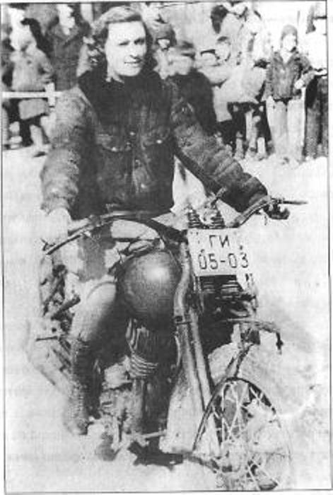 Исполнительница смертельного номера на мотоцикле - гонки по вертикали. Фото: mylove.ru